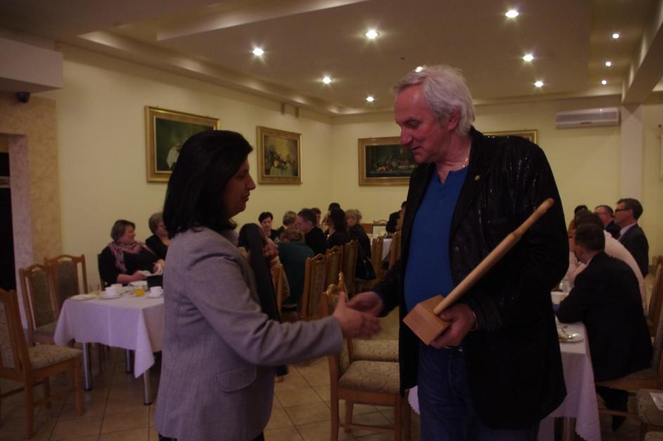 Nagroda statuetka dla Gospody pod Dębem odbiera właściciel Pan Adam Przybylski-